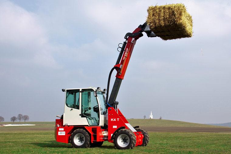 Roter K4 Hoflader im Einsatz